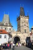 PRAGUE TJECKIEN - AUGUSTI 23, 2016: Folkgå och loo Arkivbilder
