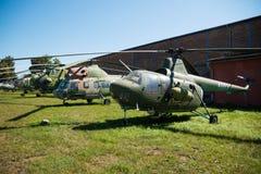 PRAGUE TJECKIEN - AUGUSTI 18, 2016: Gamla militära helikoptrar står i det Prague flygmuseet Kbely i Prague Arkivfoto