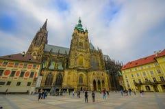 Prague Tjeckien - 13 Augusti, 2015: Härlig domkyrka för St Vitus som sett från gatanivån, profilvinkel Fotografering för Bildbyråer