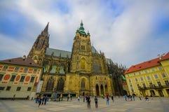 Prague Tjeckien - 13 Augusti, 2015: Härlig domkyrka för St Vitus som sett från gatanivån, profilvinkel Arkivfoton