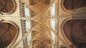 Prague Tjeckien - Augusti 5, 2018: Inre sikt av den huvudsakliga ingången till domkyrkan för St Vitus i den Prague slotten in arkivfilmer