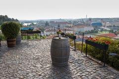Prague Tjeckien - Augusti 25, 2018: Pittoresk och romantisk sikt över Prague med en flaska av vin royaltyfri foto
