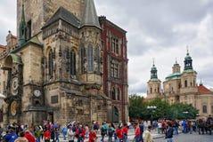 Prague Tjeckien - Augusti 12, 2016: Townscape av den gamla stadStaromestska fyrkanten presenterar det gamla stadshuset med medelt Royaltyfri Fotografi