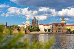Prague Tjeckien, Charles Bridge över den Vltava floden som skeppet seglar på Royaltyfri Foto