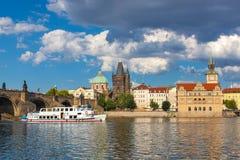 Prague Tjeckien, Charles Bridge över den Vltava floden som skeppet seglar på Royaltyfri Bild