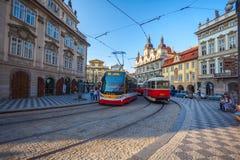 PRAGUE TJECKIEN - 20 08 2018: Charles Bridge och utkik royaltyfria foton