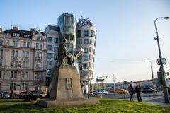 Prague Tjeckien 11 04 2014: Dansa huset och monumentet av Alois Jirasek Arkivbilder