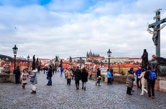 PRAGUE TJECKIEN - DEC 23, 2014: Gata för turister på fötter Royaltyfria Foton