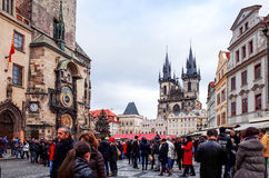 PRAGUE TJECKIEN - DEC 23, 2014: Gata för turister på fötter Fotografering för Bildbyråer