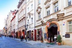 PRAGUE TJECKIEN - DEC 23, 2014: Gata för turister på fötter Royaltyfri Bild