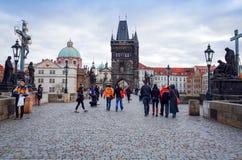 PRAGUE TJECKIEN - DEC 23, 2014: Gata för turister på fötter Royaltyfri Fotografi
