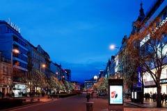 PRAGUE TJECKIEN - DEC 23, 2014: Härlig gatasikt av Fotografering för Bildbyråer