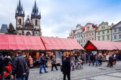 PRAGUE TJECKIEN - DEC 23, 2014: Härlig gatasikt av Arkivbilder
