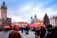 PRAGUE TJECKIEN - DEC 23, 2014: Härlig gatasikt av Royaltyfria Foton