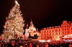 PRAGUE TJECKIEN - DEC 23, 2014: Härlig gatasikt av Royaltyfri Foto