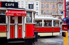 PRAGUE TJECKIEN - DEC 23: Härlig gatasikt av Tradi Royaltyfri Bild