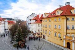PRAGUE TJECKIEN - DEC 23: Härlig gatasikt av Tradi Royaltyfri Fotografi