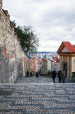 PRAGUE TJECKIEN - DEC 23: Härlig gatasikt av Tradi Arkivfoto
