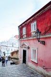 PRAGUE TJECKIEN - DEC 23: Härlig gatasikt av Tradi Royaltyfri Foto
