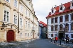 PRAGUE TJECKIEN - DEC 23: Härlig gatasikt av Tradi Arkivbilder