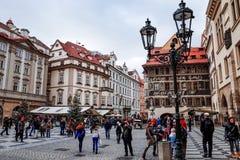 PRAGUE TJECKIEN - DEC 23: traditionell jul turister Arkivbilder