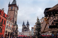 PRAGUE TJECKIEN - DEC 23: traditionell jul turister Royaltyfria Bilder