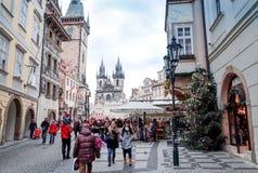PRAGUE TJECKIEN - DEC 23: traditionell jul turister Fotografering för Bildbyråer