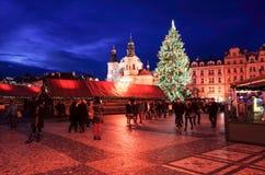 PRAGUE TJECKIEN - DEC 23: traditionell jul turister Royaltyfria Foton