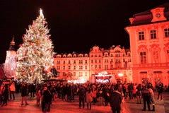 PRAGUE TJECKIEN - DEC 23: traditionell jul turister Arkivfoto