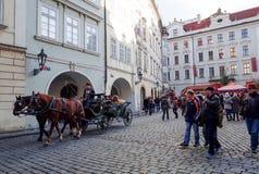 PRAGUE TJECKIEN - DEC 23: traditionell jul turister Royaltyfri Fotografi
