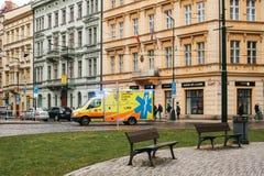 Prague Tjeckien, December 24, 2016: Ambulansen rider till patienten längs gatan i Prague Europa nödläge Arkivbilder