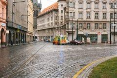 Prague Tjeckien, December 24, 2016: Ambulansen rider till patienten längs gatan i Prague Europa nödläge Royaltyfri Bild
