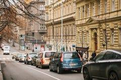 Prague Tjeckien, December 15, 2016: en härlig gata av Prague Bilar flyttar sig i rad längs vägen Affären Arkivfoton