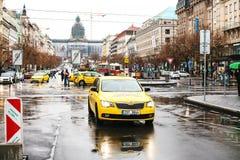 Prague Tjeckien - December 24, 2016 - gul taxi på framsidorna av staden Royaltyfri Fotografi