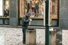 Prague Tjeckien - December 24, 2016 - hemlöns, det hungrigt, den fattiga mannen har avfall i stadsmitten smutsigt Royaltyfria Foton