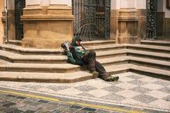 Prague Tjeckien December 24, 2016 - hemlöst hungrigt sammanträde för fattig man på trottoaren i centret olyckligt Royaltyfria Foton