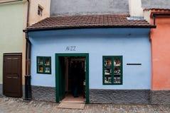 PRAGUE TJECKIEN - DECEMBER 25, 2012: Inget Franz Kafka hus Arkivfoto