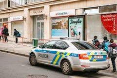 Prague Tjeckien - December 15, 2016 - polisen kontrollerar dokumenten av migranterna Förstärkning av säkerhet Royaltyfria Foton