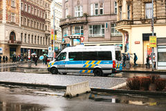 Prague Tjeckien - December 25, 2016 - polisen på gatorna Bensindriven bil på juldag i Prague Arkivfoton