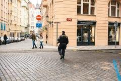 Prague Tjeckien - December 24, 2016: Polisnärvaron på jul på fyrkanterna Polisen patrullerade Arkivbild