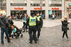 Prague Tjeckien - December 24, 2016: Polisnärvaron på jul på fyrkanterna Polisen patrullerade Arkivbilder