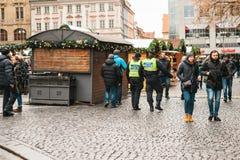 Prague Tjeckien - December 24, 2016: Polisnärvaron på jul på fyrkanterna Polisen patrullerade Arkivfoto
