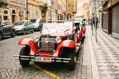 Prague Tjeckien, December 24, 2016: Retro bilar för underhållningturister under julen semestrar i Prague Royaltyfri Fotografi