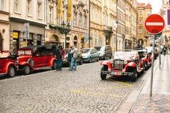 Prague Tjeckien, December 24, 2016: Retro bilar för underhållningturister under julen semestrar i Prague Royaltyfri Bild