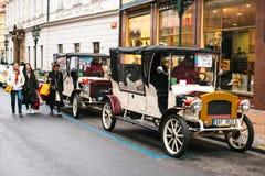 Prague Tjeckien, December 24, 2016: Retro bilar för underhållningturister under julen semestrar i Prague Arkivfoto