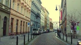 PRAGUE TJECKIEN - DECEMBER 3, 2016 skottet för steadicam 4K av en smal kullersten stenlade gatan europeiskt gammalt för stad stock video