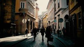 PRAGUE TJECKIEN - DECEMBER 3, 2016 skottet för steadicam 4K av en smal kullersten stenlade gatan europeiskt gammalt för stad lager videofilmer