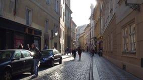 PRAGUE TJECKIEN - DECEMBER 3, 2016 skottet för steadicam 4K av en smal kullersten stenlade gatan europeiskt gammalt för stad arkivfilmer