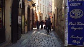 PRAGUE TJECKIEN - DECEMBER 3, 2016 skottet för steadicam 4K av en smal kullersten stenlade gatan och den lilla presentaffären arkivfilmer