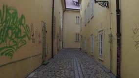 PRAGUE TJECKIEN - DECEMBER 3, 2016 skottet för steadicam 4K av mycket smal kullersten stenlade den tomma gatan modernt arkivfilmer